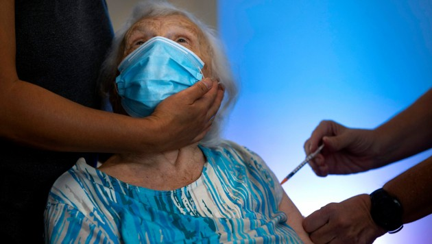 This 86-year-old already has three doses of corona vaccine in her body