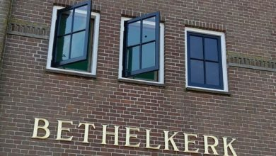 The Bethelkerk in Urk was shot at with an air rifle during the service on Sunday morning.There is a hole in one of the windows at the front of the church